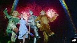 Badut dan pengisi acara lainnya dalam sirkus sedang menunjukkan kebolehannya di panggung menghibur penonton (foto: dok).