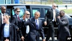 Prezident Barak Obama Filadelfiya hava limanında tərəfdarları salamlayır