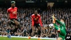 Paul Pogba inscrivant son but contre Manchester City en Premier League, Angleterre, le 7 avril 2018