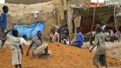 کودکان در خارج از کمپ مندلا در ابیا در جنوب سودان به بازی مشغول هستند. ۲۲ مه ۲۰۱۱