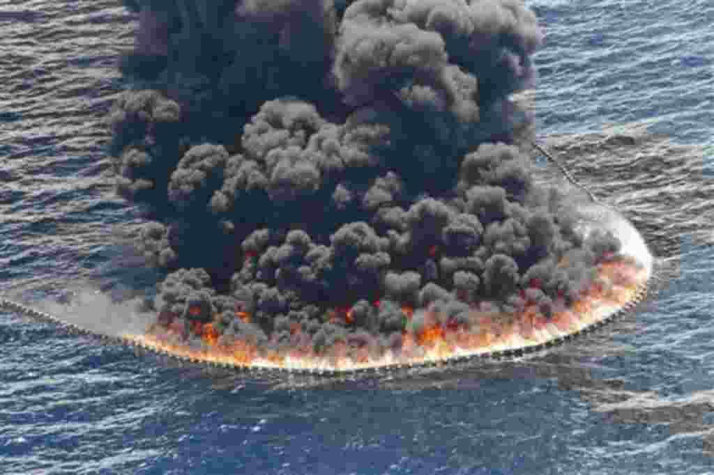 Un fuego controlado cerca del lugar del derrame de petróleo, en las aguas profundas del Golfo de México, julio 11, 2010.