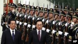 韩国总统李明博1月9日在北京受到中国国家主席胡锦涛的欢迎