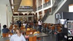 美国大学餐厅中的学生们