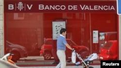 6月25日马德里的一家银行门前