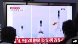 Penayangan berita terkait peluncuran misil Korea Utara di Stasiun Kereta Api Seoul, Korea Selatan. (Foto: dok).
