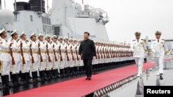 Chủ tịch Trung Quốc Tập Cận Bình chuẩn bị lên thăm một tàu khu trục của hải quân nước này nhân dịp kỷ niệm 70 năm ngày thành lập Quân đội Giải phóng Nhân dân Trung Hoa hồi tháng Tư năm nay.