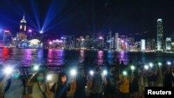 Ribuan demonstran Hong Kong membentuk rantai manusia dengan saling berpegangan tangan dalam aksi damai Jumat malam (23/8).
