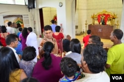 Sunday morning worship service at the Melrose Temple, a Hindu temple in Johannesburg. The service is dedicated to the memory of former South African President Nelson Mandela. (Peter Cox/VOA)