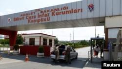 土耳其伊斯坦布尔附近一所监狱外(资料图,2016年8月5日)