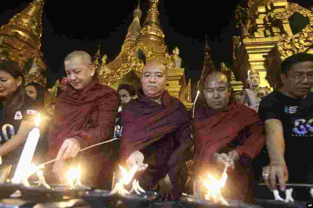 Buddhist monks light oil lamps during earth hour celebrations at Myanmar's famous Shwedagon pagoda, in Yangon, Myanmar, March 25, 2017. Earth Hour takes place worldwide and is a global call to turn off lights for 60 minutes in a bid to highlight the globa
