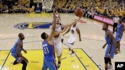 Golden State Warriors jugarán su segunda final consecutiva en la NBA tras vencer a Oklahoma City Thunder el lunes, 30 de mayo de 2016.