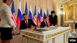 Presiden Barack Obama dan Presiden Rusia Dmitry Medvedev sewaktu menanda-tangani Pakta Pengurangan Senjata Strategis Baru (START) bulan April lalu.