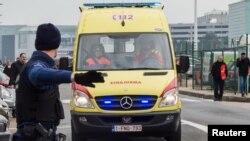 Una ambulancia llega al aeropuerto de Bruselas.