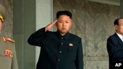 朝鲜最高领导人金正恩在平壤参加阅兵仪式(资料照片)