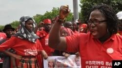 Người dân tuần hành trong chiến dịch 'mang các em nữ sinh bị bắt cóc về' tại Abuja, Nigeria.