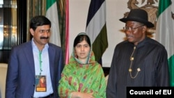 Malala dan ayahnya, Ziauddin (kiri) dan Presiden Nigeria Goodluck Jonathan, di Abuja, Nigeria, dalam dukungan terhadap pembebasan para siswi yang diculik militan Boko Haram(14/7/2014).