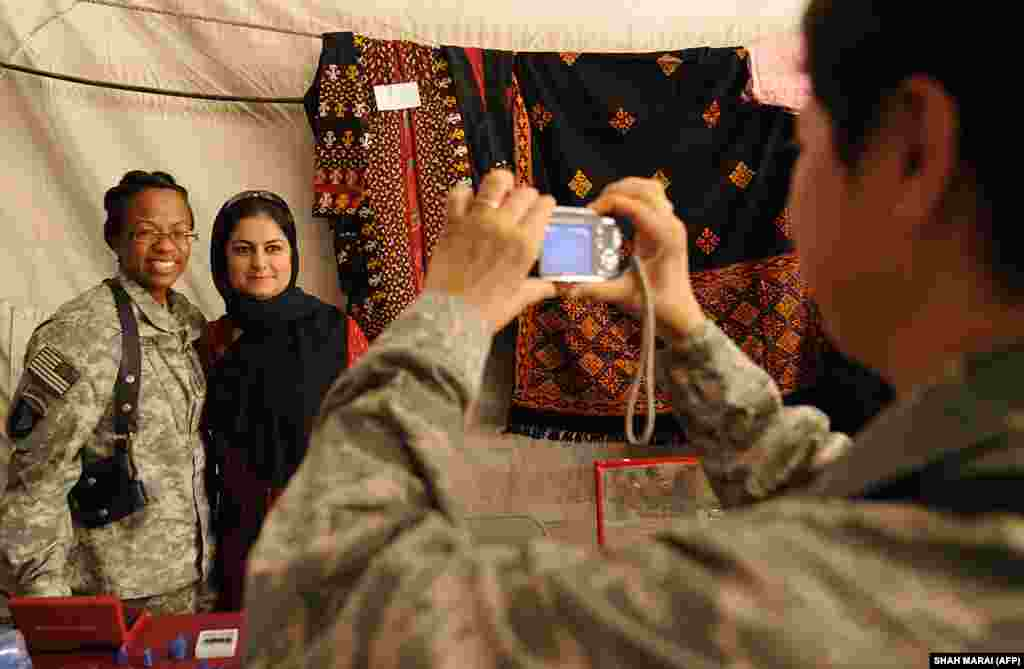 د ښځې نړیوالې ورځ په مناسبت په باګرام اډې کې افغانو میرمنو د لاسي صنایعو نندراتون