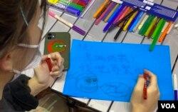 有香港市民11月30日晚在旺角街站寫聖誕卡給12港人。(美國之音特約記者湯惠芸攝)