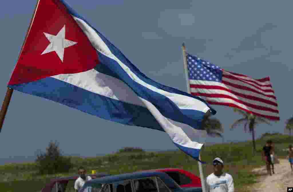 Kuba, Amerika bayroqlarini ko'targan gavanaliklar.