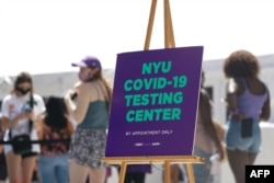 New York University students wait in line for a COVID-19 test before school opens on August 18, 2020 in New York. (Photo by Bryan R. Smith / AFP)
