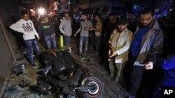 12일 연쇄 폭탄 테러가 발생한 레바논 베이루트 사고 현장에 사람들이 몰려들었다.