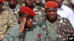 """Moussa Dadis Camara (g) et Abubakar """"Toumba"""" Diakite, Conakry, Guinée, le 2 octobre 2009."""