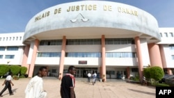 Des personnes marchent vers le palais de Justice à Dakar le 21 septembre 2015 où l'ancien dictateur Hissene Habré est jugé.