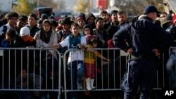 Para pengungsi Suriah antri menunggu pendaftaran di kota Presevo, Serbia (16/11).