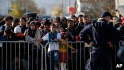 Migranti čekaju na registraciju u Preševu