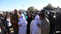 Mournere assiste aux funérailles de deux frères morts en creusant dans une mine de charbon abandonnée, à Jerada, à 60 km au sud-ouest d'Oujda, Maroc, 25 décembre 2017.