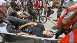 امدادگران، یکی از زخمی شدگان به دست نیروهای امنیتی را به بیمارستان منتقل می کنند - تعز، ۹ مه ۲۰۱۱