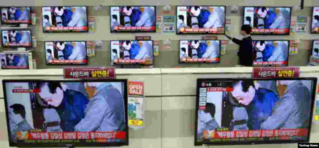 13일 서울 시내의 가전매장에서 장성택 전 국방위원회 부위원장 처형 관련 뉴스 보도가 나오고 있다.