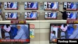 13일 서울 시내의 가전매장에서 장성택 처형 관련 뉴스가 나오고 있다.