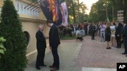 Ambasador SAD Kajl Skot i predsednik Srbije Aleksandar Vučić razgovaraju tokom prijema povodom Dana nezavisnosti SAD u američkoj ambasadi u Beogradu (Foto: VOA/Aleksandra Nenadović)