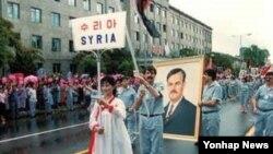 제13 차 세계 청년 학생 축전에서 깃발을 들고 행진하는 시리아와 북한 학생들.