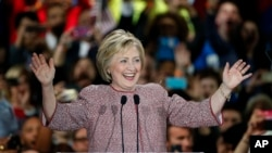 19일 뉴욕주 예비선거에서 승리한 힐러리 클린턴 민주당 대선 후보가 뉴욕시 유세에서 지지자들의 환호에 답하고 있다.