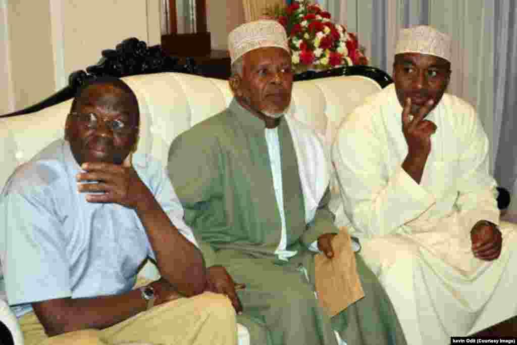 Gavana Hassan Joho (kulia) pamoja na Kadhi mkuu na Mwanasheria Mkuu wasubiri kuwasili kwa mwili Profesa Ali Mazrui kwenye uwanja wa ndege wa Moi Mombasa.