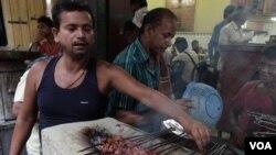 加尔各答一处穆斯林社区,人们在餐馆烧烤牛肉串。(美国之音拉赫曼拍摄)