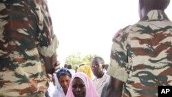 Sojoji suna gadi yayinda jama'a suka yi layi domin kada kuri'a a jamhuriyar Niger