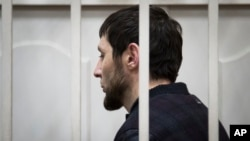 Zaur Dadayev, một trong năm nghi can trong vụ giết hại lãnh đạo đối lập Boris Nemtsov, ra trước tòa án ở Moscow.