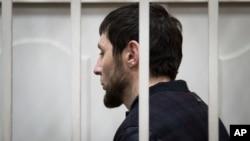 Zaur Dadayev, satu dari lima tersangka dalam pembunuhan Boris Nemtsov berdiri di ruang sidang di Moskow, Rusia, Minggu, 8 Maret 2015. (AP Photo/Ivan Sekretarev).