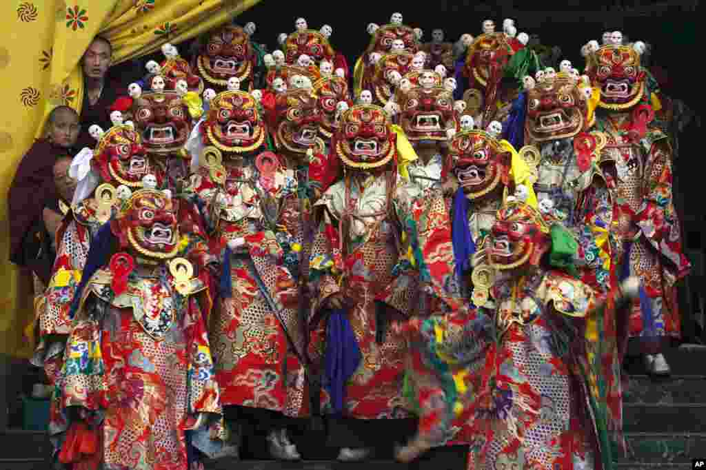 """Para pendeta Budha yang mengenakan topeng melakukan tarian yang disebut """"cham"""" di Kuil Sherabling di selatan Dharmasala, India untuk mengenang Padmasambhava, penyebar agama Budha abad ke-8 di Tibet."""