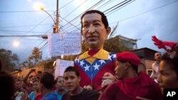 Activistas cargan una figura del presidente Hugo Chávez durante un mitin en el barrio Propatria de Caracas.