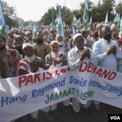 Para pendukung partai Jamaat-e-Islami melakukan unjuk rasa menuntut hukuman gantung bagi diplomat AS, Raymond Davis dalam protes di Karachi (30/1).
