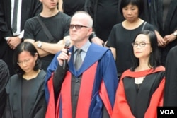 香港大人文學院主任Timothy O'Leary(中)。(美國之音湯惠芸攝)