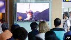Північні Корейці дивляться телевізійний репортаж із запуск балістичної ракети