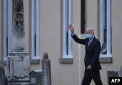 President terpilih AS, Joe Biden melambaikan tangannya saat berjalan meninggalkan gereja St. Joseph di Brandywine, Wilmington, Delaware, 16 Januari 2021.