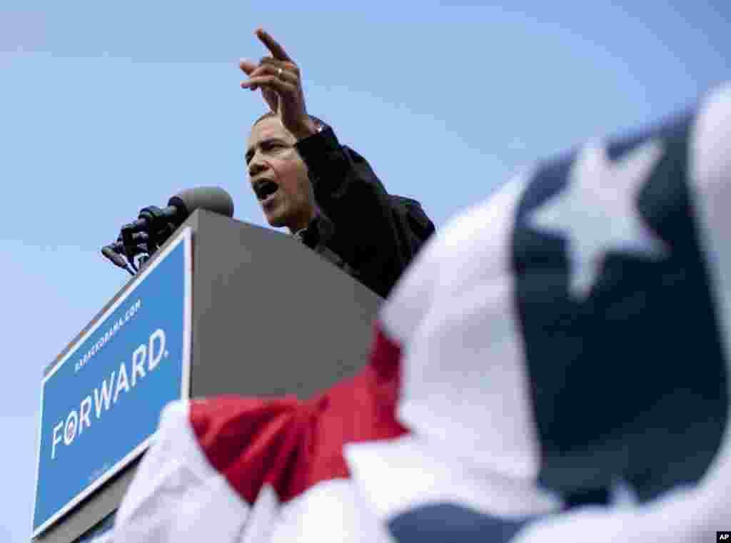 Барак Обама выступает в парке Бэйлисс, Каунсил-Блаффс, Айова. 13 августа 2012 года.