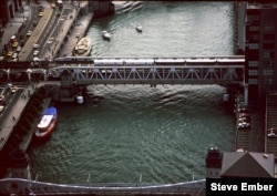 "Chicago ""L"" train crosses Chicago River on the Wells Street Bridge. (Photo by Steve Ember)"