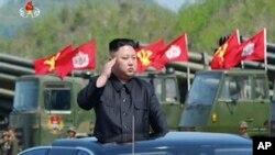 លោក Kim Jong Un មេដឹកនាំប្រទេសកូរ៉េខាងជើងនៅក្នុងពិធីប្រារព្វអបអរខួបកងទ័ពកូរ៉េខាងជើងលើកទី៨៥ នៅទីក្រុង Wonsan កូរ៉េខាងជើង។